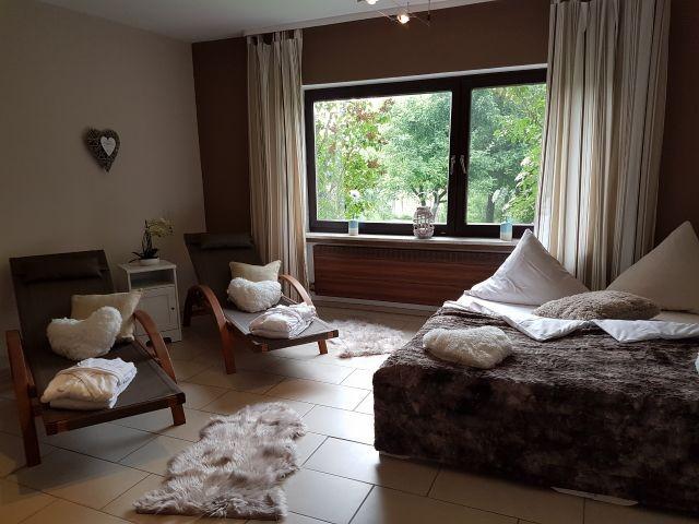 Schlafzimmer mit 2 Betten sowie Sauna