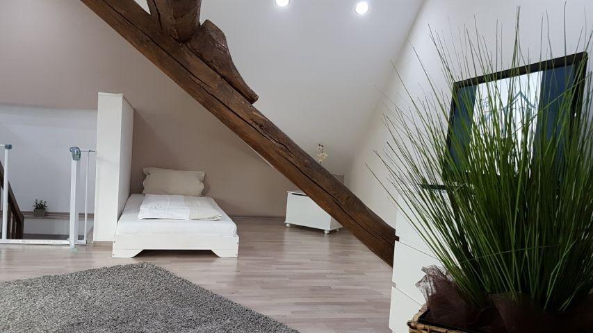 Schlafzimmer im Dachgeschoss mit 6 Einzelbetten, Sofa und TV