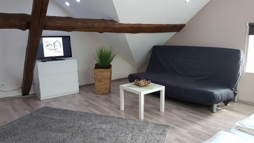 Dachgeschoss Sofa mit TV