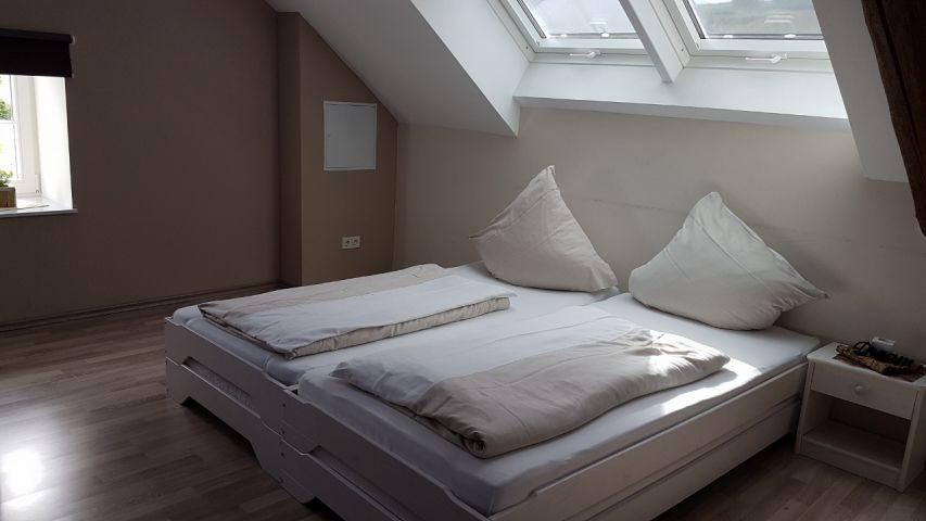 4. Schlafzimmer im DG: mit 6 Einzelbetten, Sofa und TV