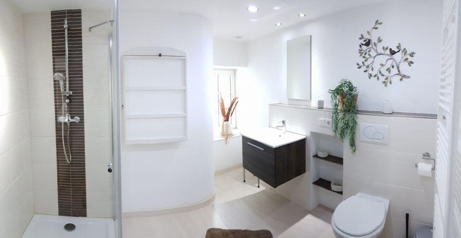 Bad im OB mit Dusche, WC, Waschbecken