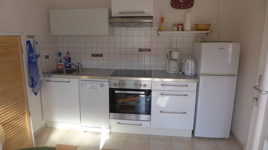 die  separate Küche mit Tür zu Terrasse