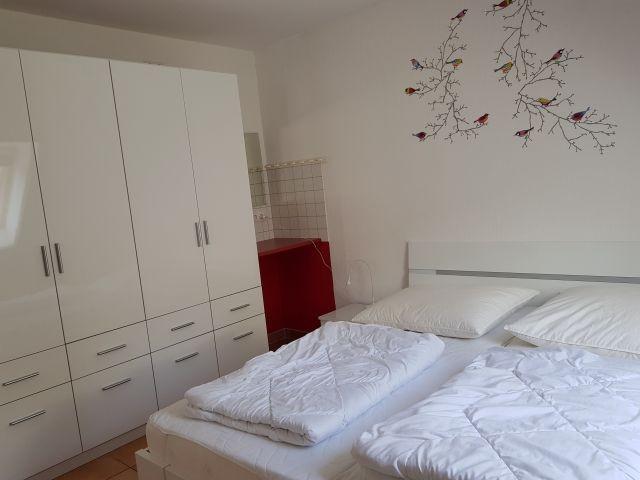 ds 1. Schlafzimmer mit großem Schrank und  Ledercouch