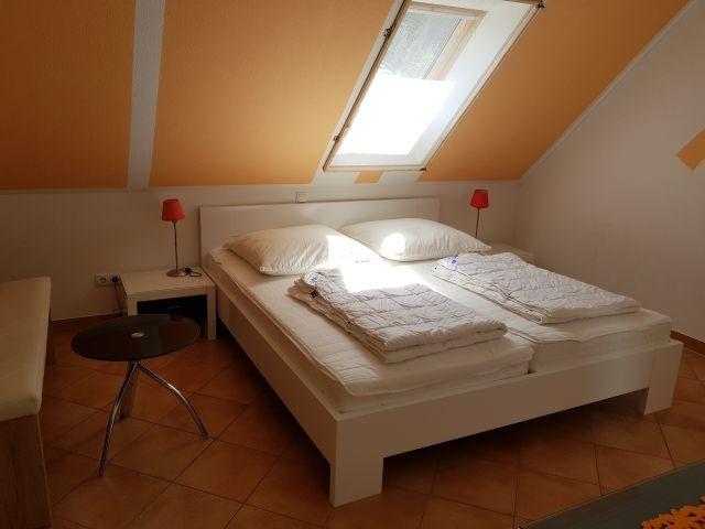 2. Schlafzimmer gr. Schrank Sitzgelegenheit