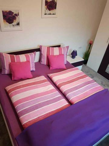 Neues modernes und helles Schlafzimmer