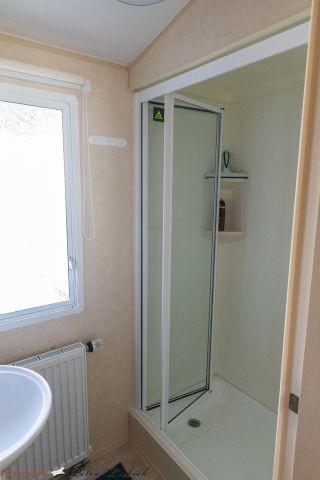 Geräumige Dusche und Waschbecken