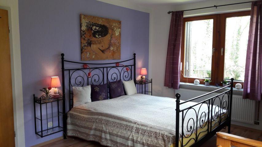 Unteres Zimmer mit großem Doppelbett