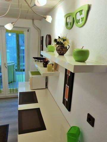 Helle neue Küche mit Zugang zum Wintergarten