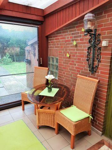 Schöner Sitzplatz mit Blick in den Garten Fussbodenheizung