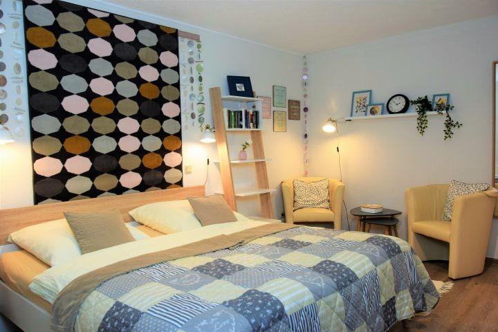 Liebevolles Schlafzimmer mit Doppelbett, Sitzecke und Sat-TV