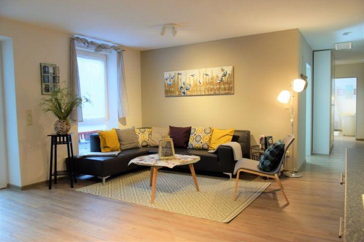 Mit Liebe zum Detail eingerichtetes Wohnzimmer mit  direktem Zugang zum kleinen Wintergarten
