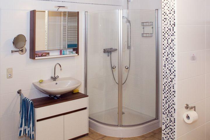 geräumiges Bad im UG mit Heimtrainer