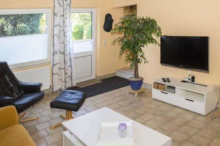 Wohnzimmer UG mit Zugang zu Terrasse und Garten