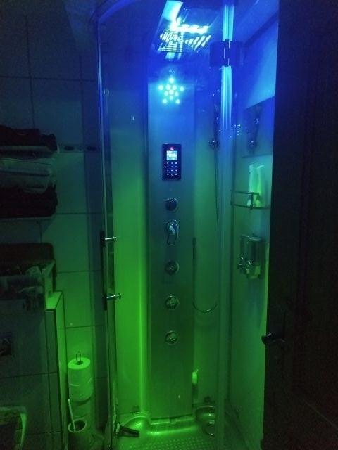Wellness auf kleinstem Raum, Dampfsaune, Lichttherapie und Regendusche