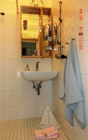 Bad mit ebenerdiger Dusche und viel Ablagefläche