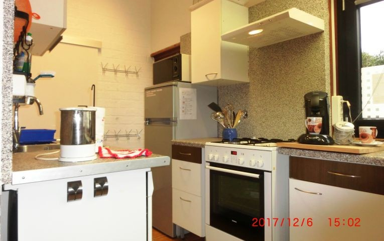 Küchenseite mit Kühl-/Gefrierkombi, Microwelle, Gasherd, E-Backofen Senseo und Arbeitfläche