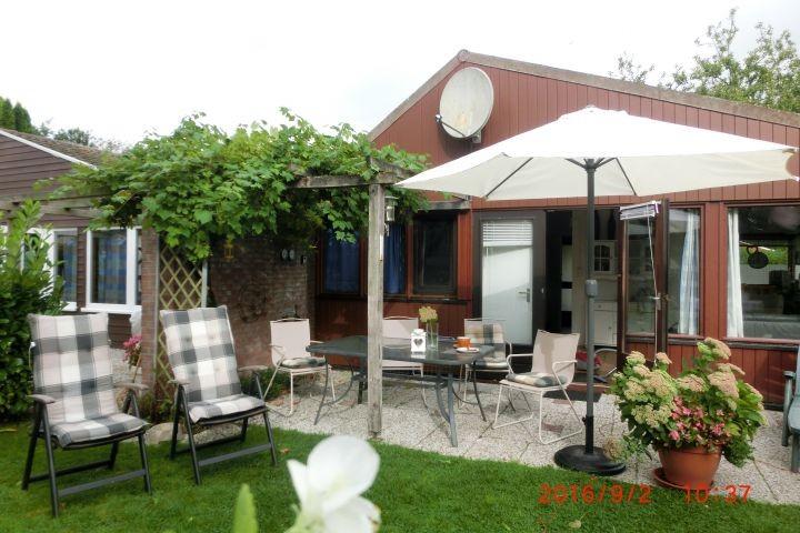 uneinsehbarer windstiller Garten mit schönen Möbeln