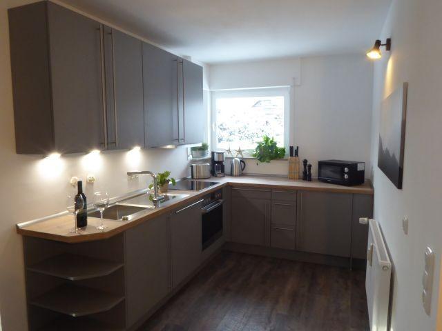 Unsere neue, hochwertige und komplett eingerichtete Küche mit Induktions-Kochfeld.