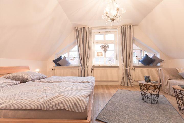 Zweites großes Schlafzimmer mit einem Doppelbett 1,80x2m