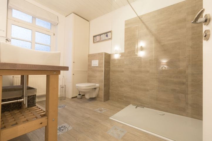 Badezimmer mit begehbarer Dusche im Erdgeschoß