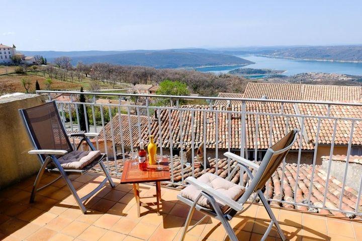 Ferienhaus mit Blick auf den See in Aiguines in der Provence