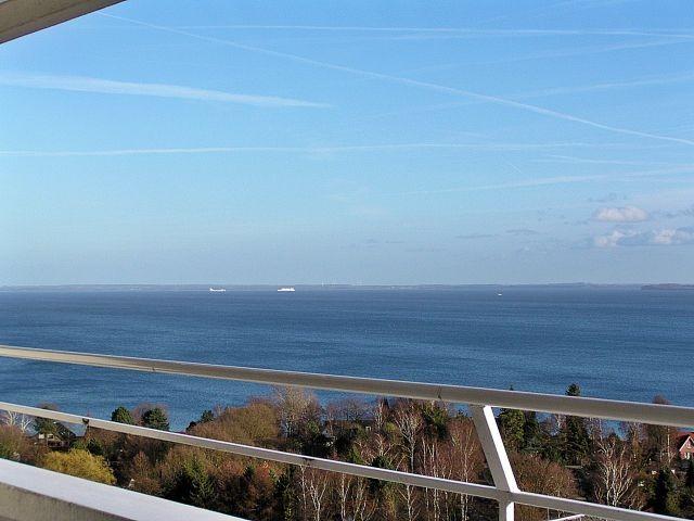 Blick auf die Küste der Lübecker Bucht und die Fahrrinne zum Schiffe beobachten