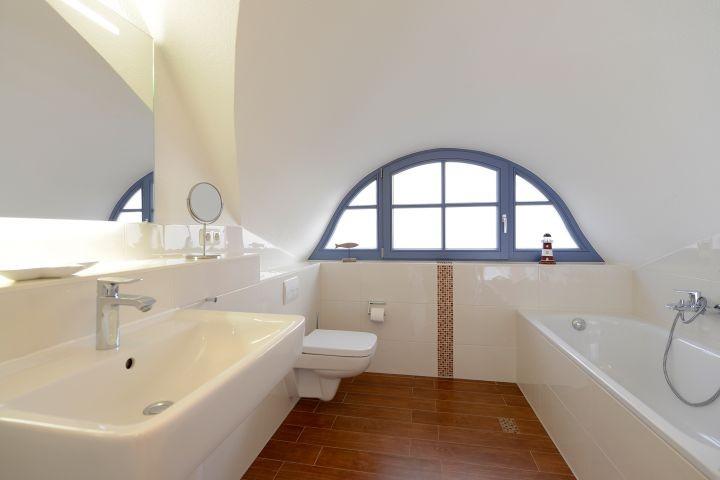 Großes Badezimmer im Obergeschoss