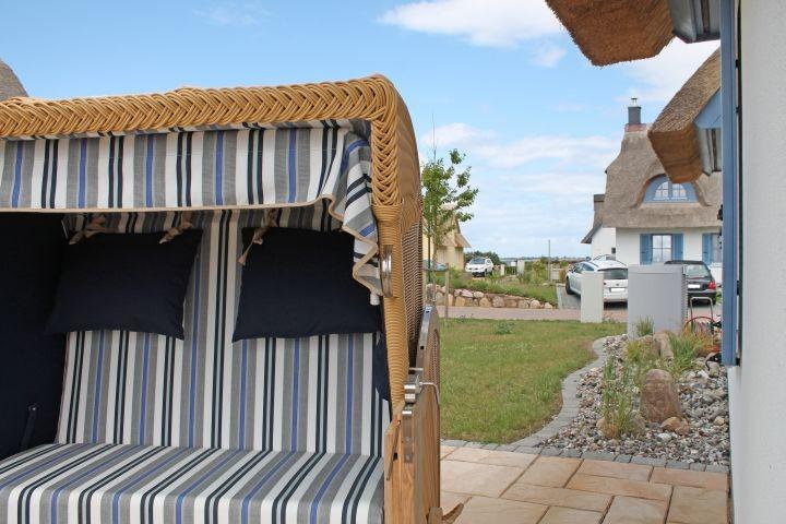 Strandkorb und Relaxliegen laden zum Entspannen ein