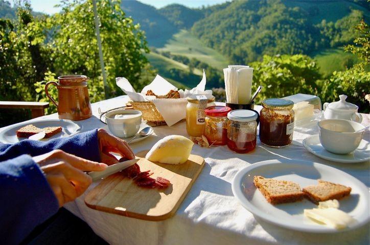 Reichliches Frühstück im Grünen. Mit regionalen und persönlichen Spezialitäten.