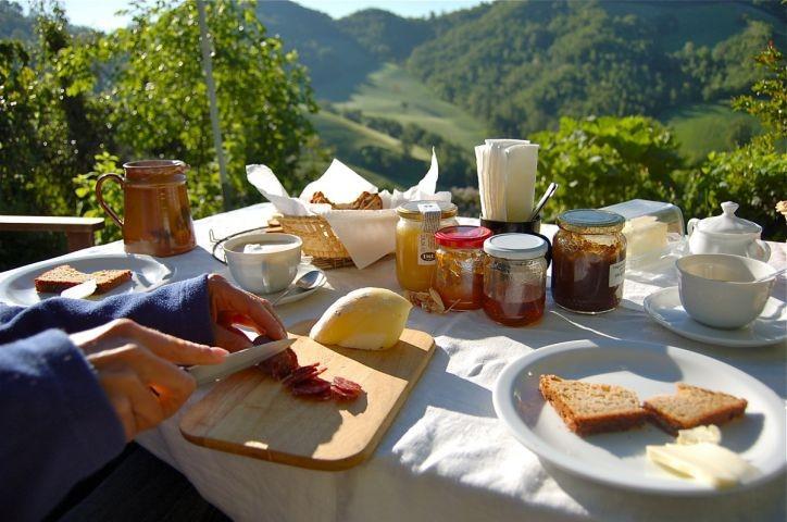 Frühstück, mit feinen Broten und regionalen Spezialitäten