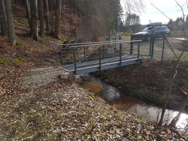 Brücke über den Bach für Zugang zum Wald