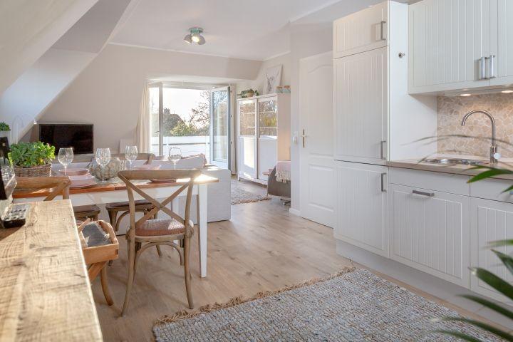 Küche mit Blick zum Balkon