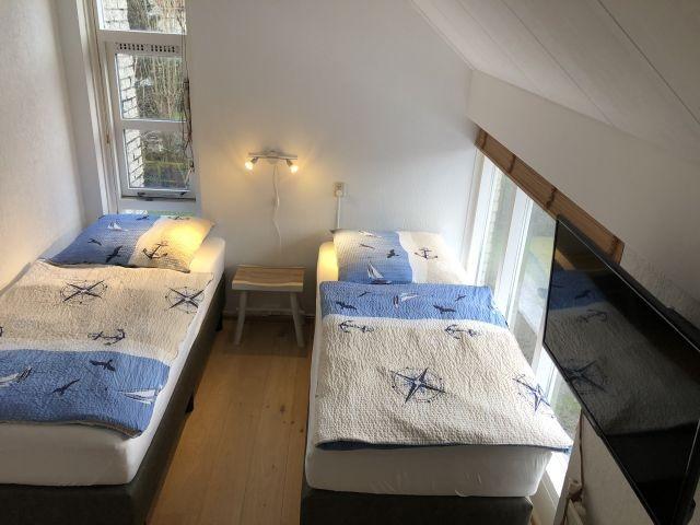 Schlafzimmer im OG mit zwei Einzel-Boxspringbetten