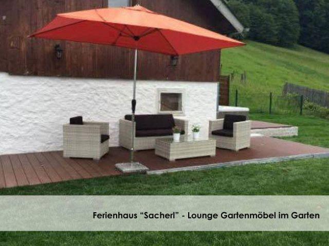 Lounge Gartenmöbel mit schönem Seeblick.
