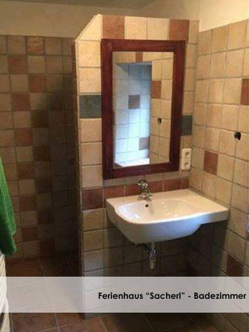 Urig gestaltetes Badezimmer mit Dusche und Wanne.