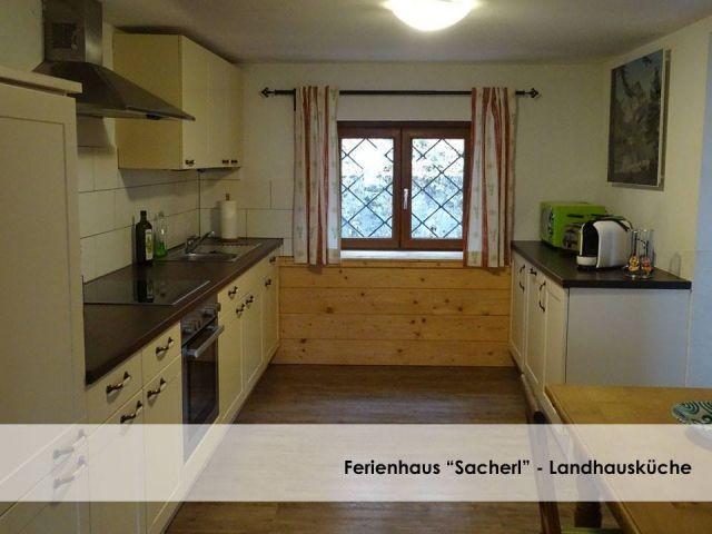 Küche im Landhausstil mit Geschirrspüler   Waschmaschine. Extra Gefrierschrank im Nebenraum.