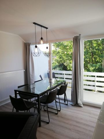 Wohnraum mit Essplatz und Balkon