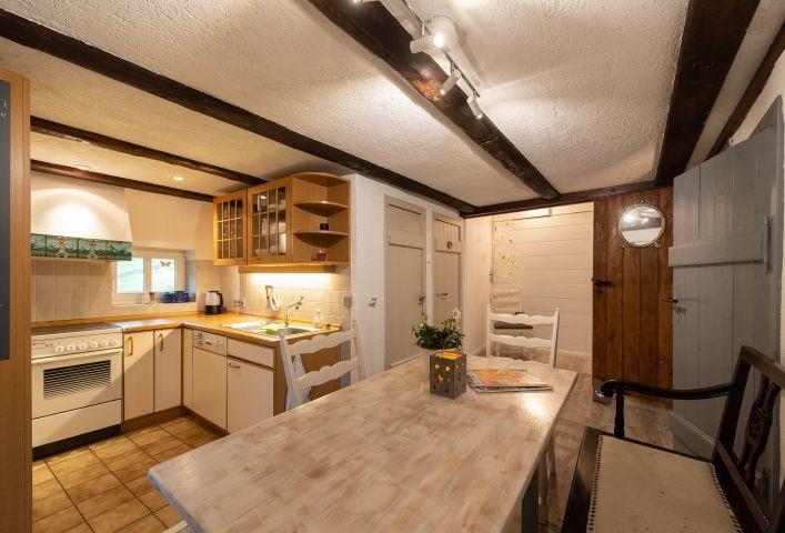 Blick in den kombinierten Esszimmer-/Küchenbereich