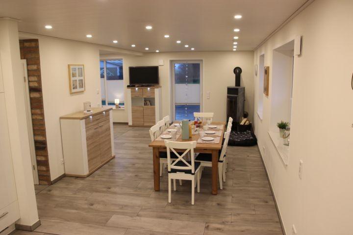 Offener Wohnbereich mit Fußbodenheizung