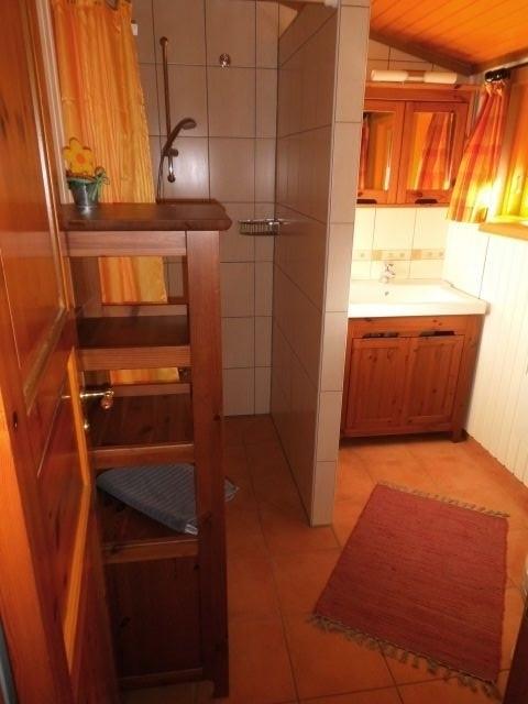 Großes Badezimmer mit Dusche und WC