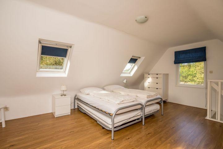 Schlafraum mit 2 Betten im Hinterhaus