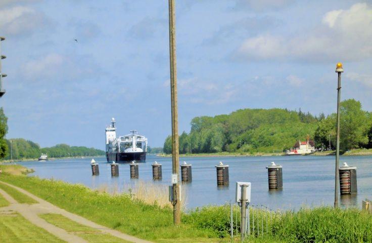 Nord-Ostsee-Kanal mit Fahrradweg