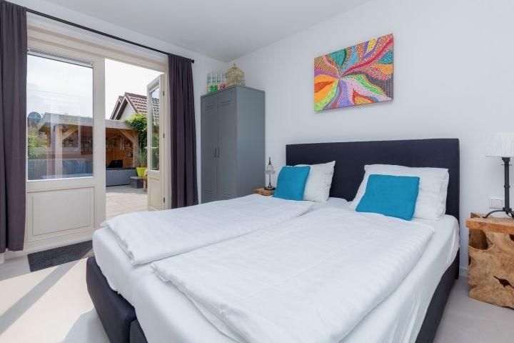 Schlafzimmer 1 mit Boxsprings und eigenem Badezimmer