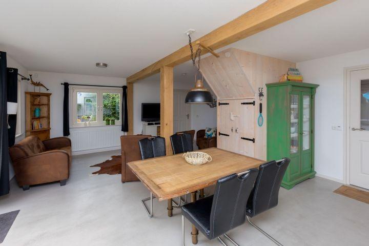 Das helle, geschmackvoll eingerichtete Wohnzimmer