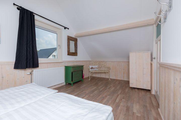 Schlafzimmer 2 mit Boxspringbetten und Kleiderschrank