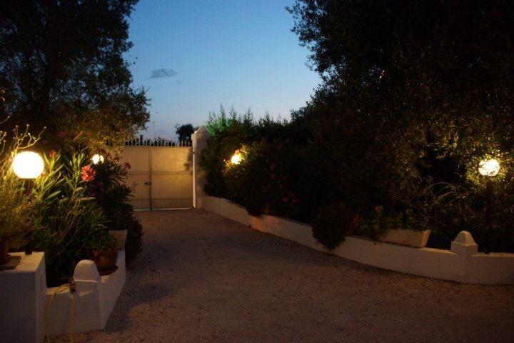 Die gut beleuchtete Zufahrt am Abend