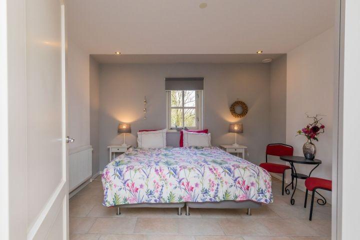 Romantisches Schlafzimmer mit Boxspring Doppelbett
