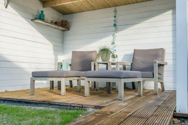Überdachte Terrasse mit Lounge-Sessel