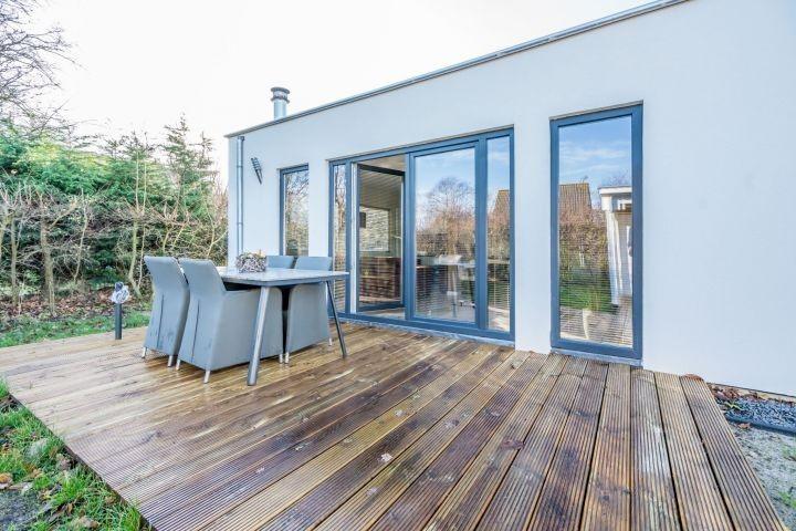 Die Terrasse mit Gartengruppe (Winterfoto)