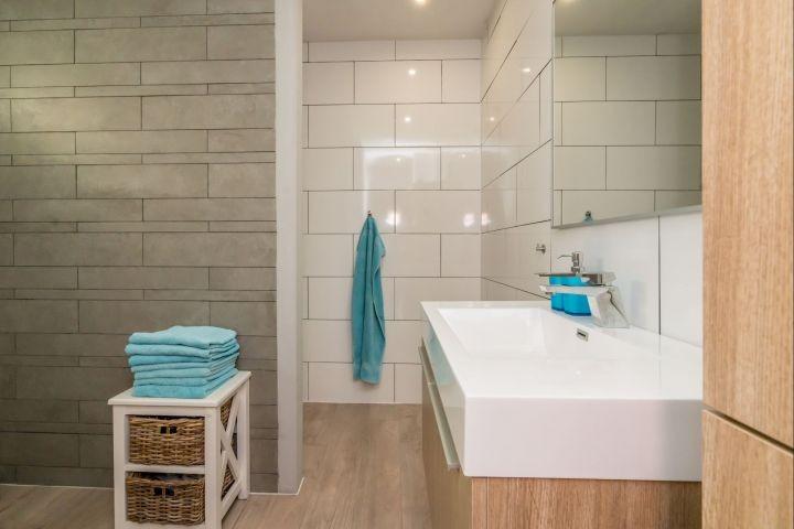 Modernes Badezimmer mit Regendusch